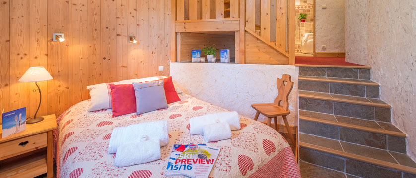 france_avoriaz_chalet-fleurie_quad-room-bed.jpg